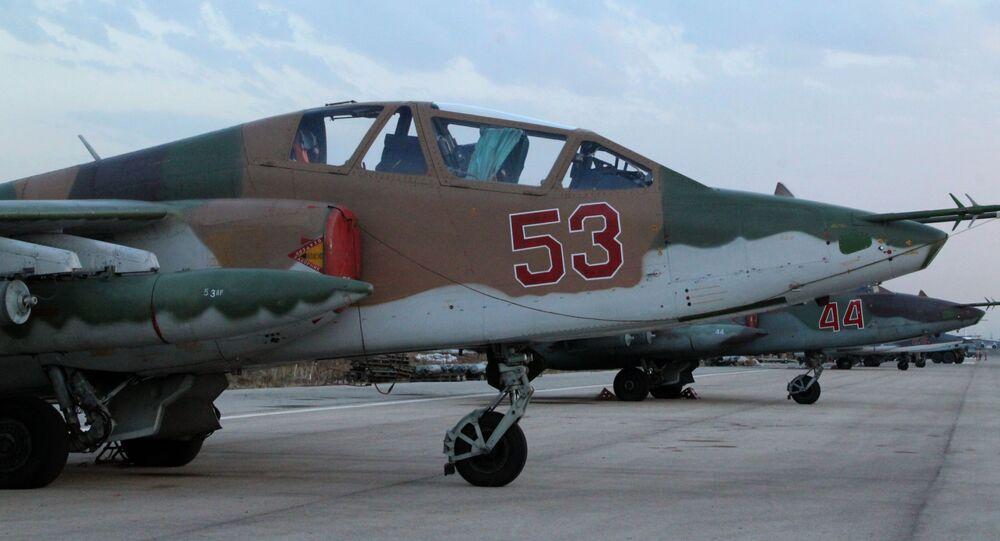 Rosyjski samolot Su-25 w bazie lotniczej Hmelmin w Syrii