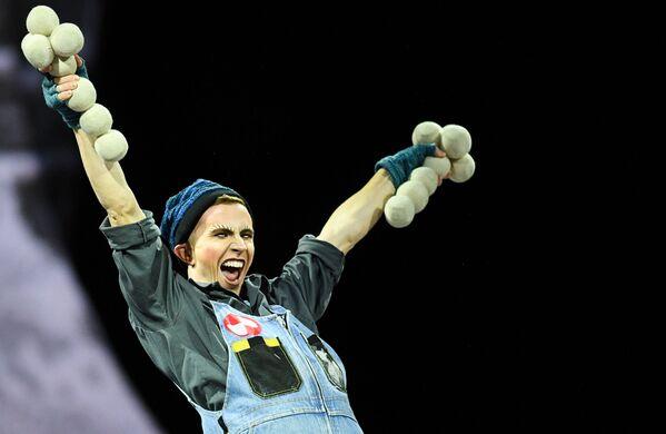 Artysta Cirque du Soleil podczas pokazu na lodzie CRYSTAL w Moskwie - Sputnik Polska
