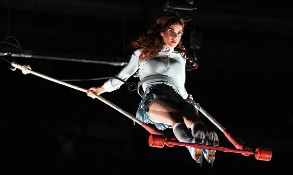 Artystka Cirque du Soleil podczas pokazu na lodzie CRYSTAL w Moskwie - Sputnik Polska