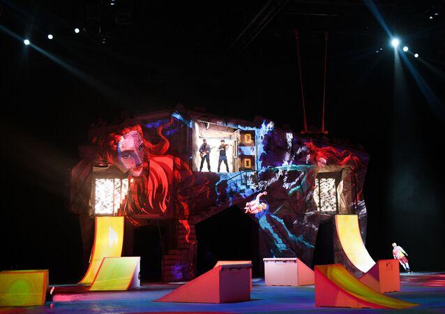 Artyści Cirque du Soleil podczas pokazu na lodzie CRYSTAL w Moskwie