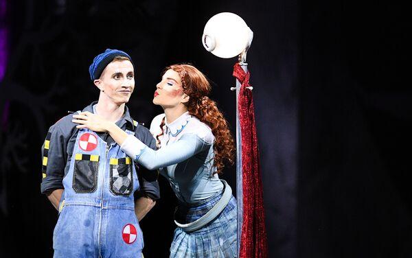 Artyści Cirque du Soleil podczas pokazu na lodzie CRYSTAL w Moskwie - Sputnik Polska