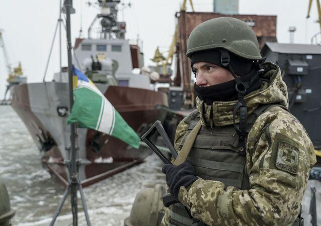 Ukraiński wojskowy na pokładzie okrętu patrolowego w porcie Mariupol