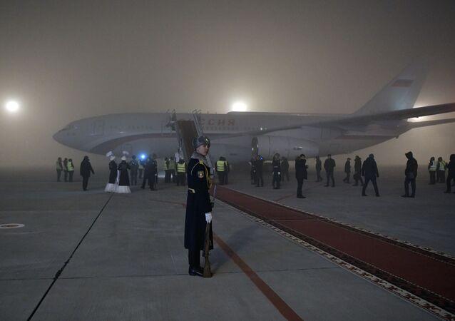 Samolot prezydenta Rosji Władimira Putina na lotnisku w Biszkeku