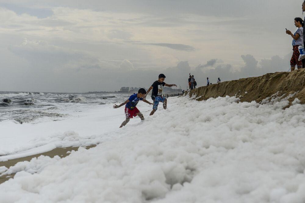 Plaża Marina w Indiach, wypełniona pienistą substancją wzdłuż całego wybrzeża