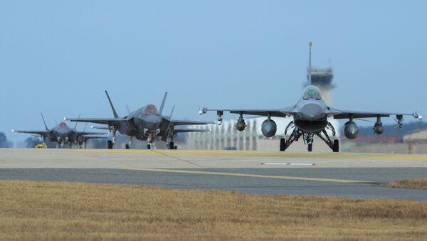 Samoloty Sił Powietrznych USA F-16 i F-35A w bazie lotniczej Kunsan - Sputnik Polska