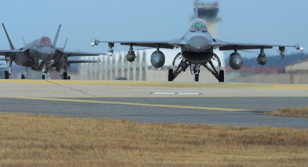 Samoloty Sił Powietrznych USA F-16 i F-35A w bazie lotniczej Kunsan
