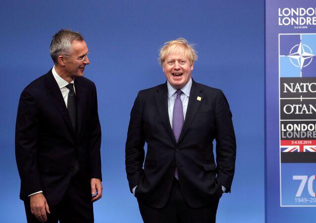 Sekretarz generalny NATO Jens Stoltenberg i premier Wielkiej Brytanii Boris Johnson na szczycie NATO