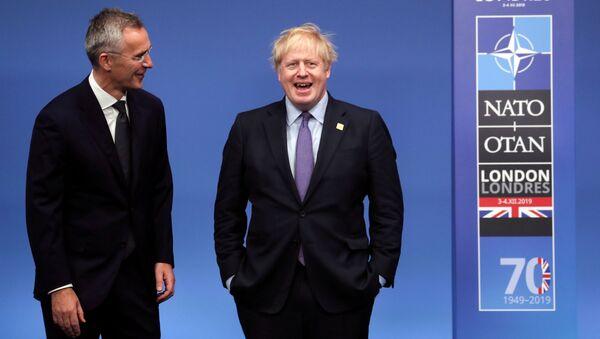 Sekretarz generalny NATO Jens Stoltenberg i premier Wielkiej Brytanii Boris Johnson na szczycie NATO - Sputnik Polska