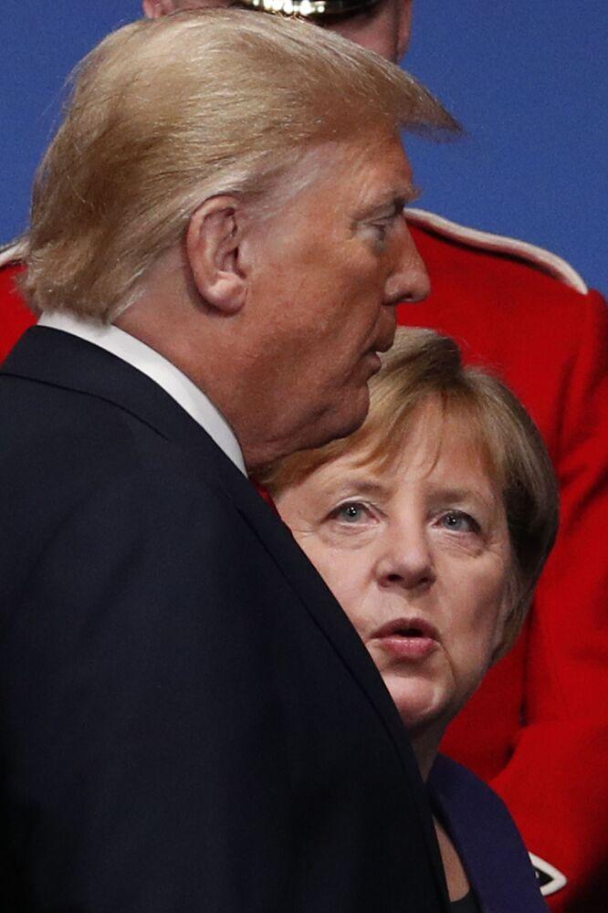 Prezydent USA Donald Trump i niemiecka kanclerz Angela Merkel rozmawiają po wspólnym fotografowaniu przywódców NATO w Londynie