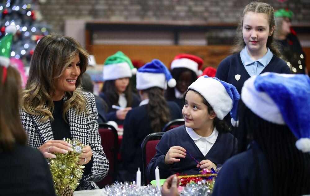Melania Trump przygotowuje z dziećmi świąteczne ozdoby w Londynie