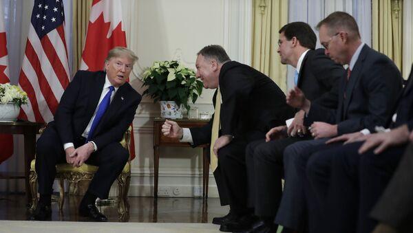 Prezydent USA podczas spotkania z Mike Pompeo i Justin Trudeau w Londynie  - Sputnik Polska