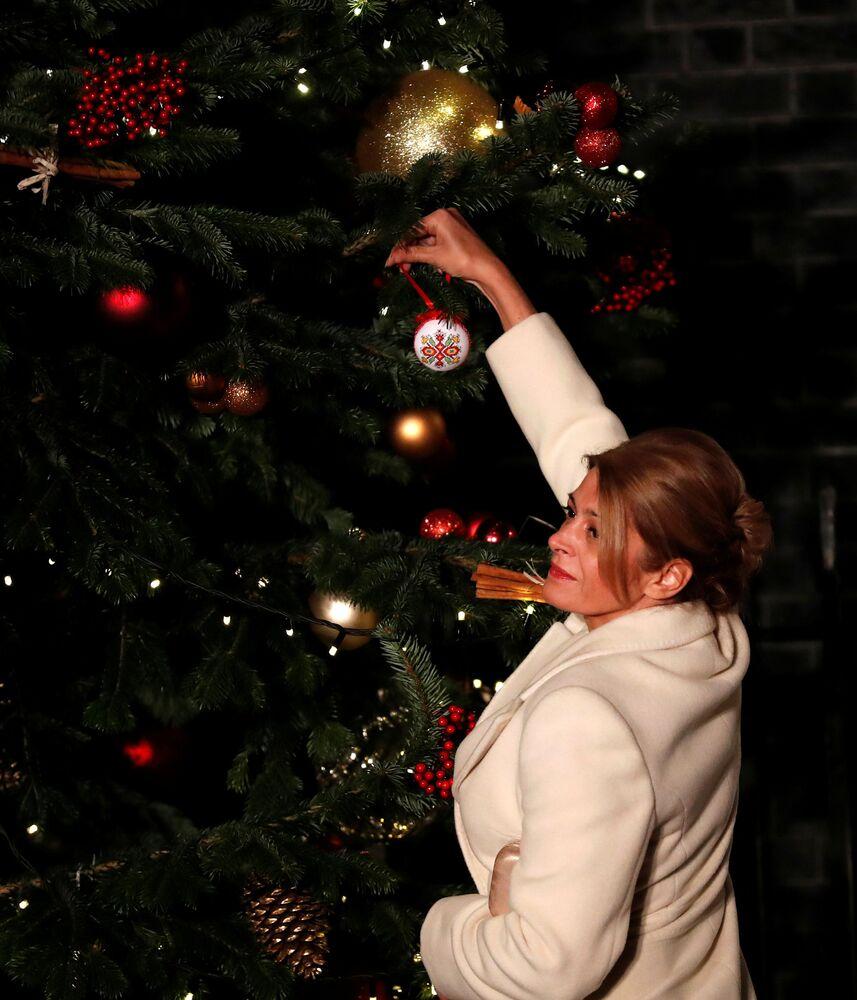 Żona prezydenta Bułgarii wiesza bombkę na choince w Londynie