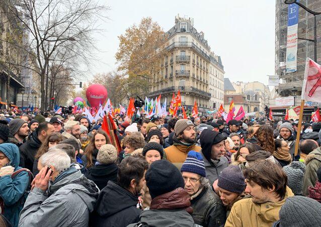 Uczestnicy akcji protestu przeciwko reformie emerytalnej w Paryżu