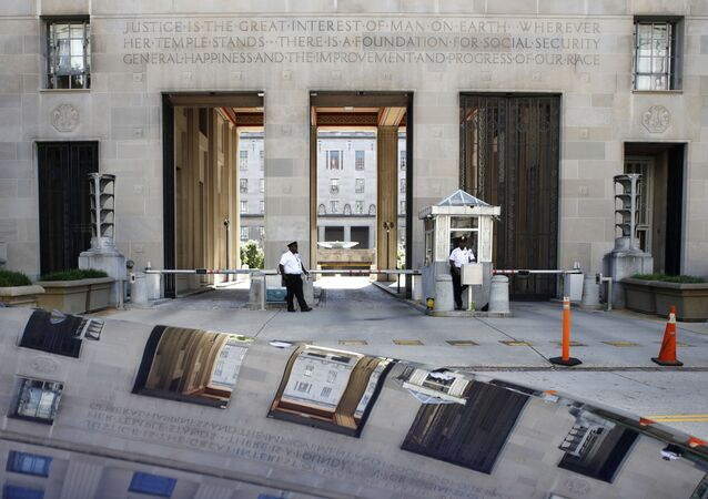 Pracownicy służby bezpieczeństwa przed budynkiem Departamentu Sprawiedliwości USA