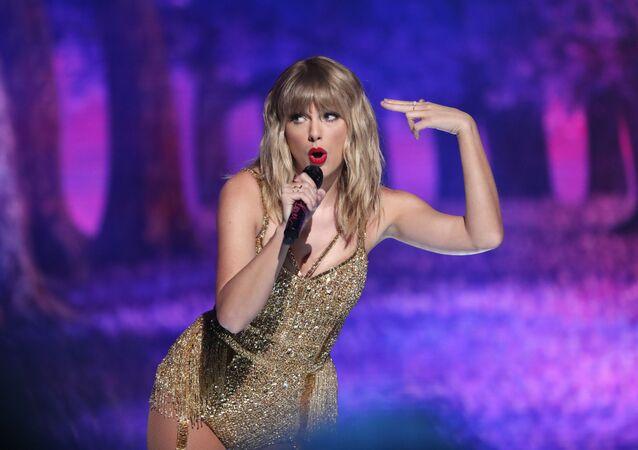 Piosenkarka Taylor Swift podczas występu na American Music Awards w Los Angeles