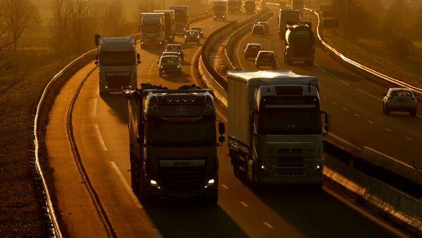 Ciężarówki i samochody na autostradzie Paryż-Bruksela, Francja - Sputnik Polska