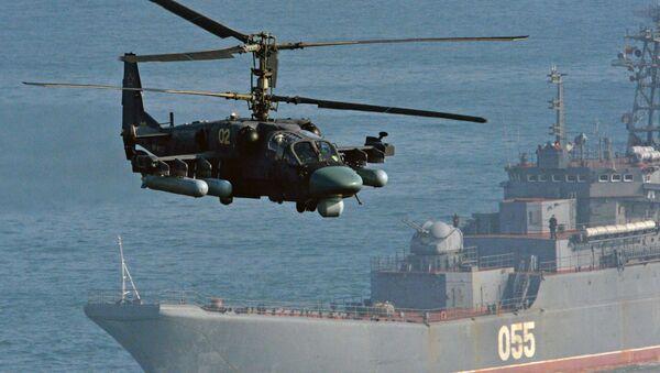 Śmigłowiec Ka-52 oraz okręt desantowy Admirał Newelski w trakcie ćwiczeń na poligonie Klerk w Kraju Nadmorskim. - Sputnik Polska