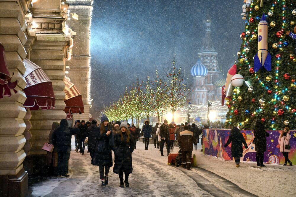 Przechodnie na Placu Czerwonym w Moskwie.