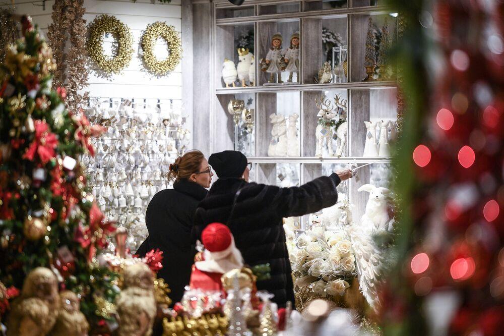 Zwiedzające oglądają prezenty noworoczne i pamiątki w Ogólnorosyjskim Centrum Wystawowym w Moskwie.