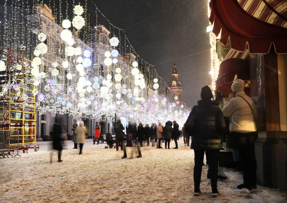 Przechodnie na ulicy Nikolskaja w Moskwie.