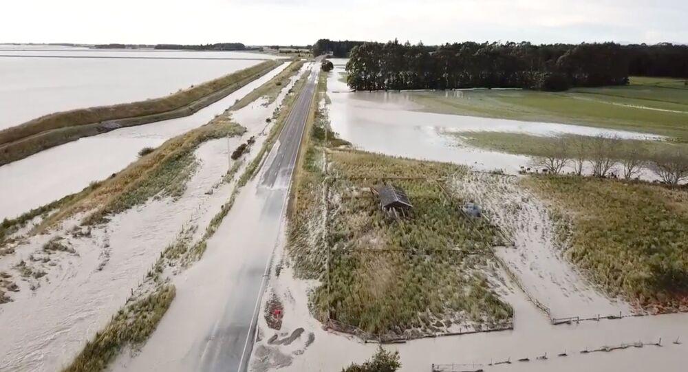 Zniszczona droga w wyniku powodzi w Nowej Zelandii