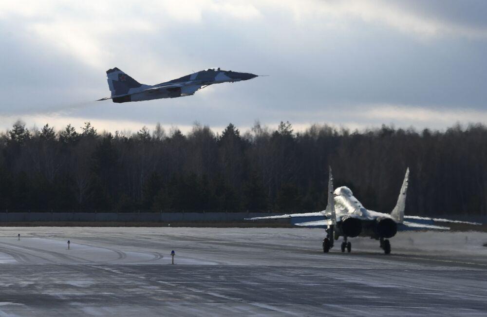 Myśliwce MiG-35 na poligonie Łuchowickiej Fabryki Lotniczej im. Woronina
