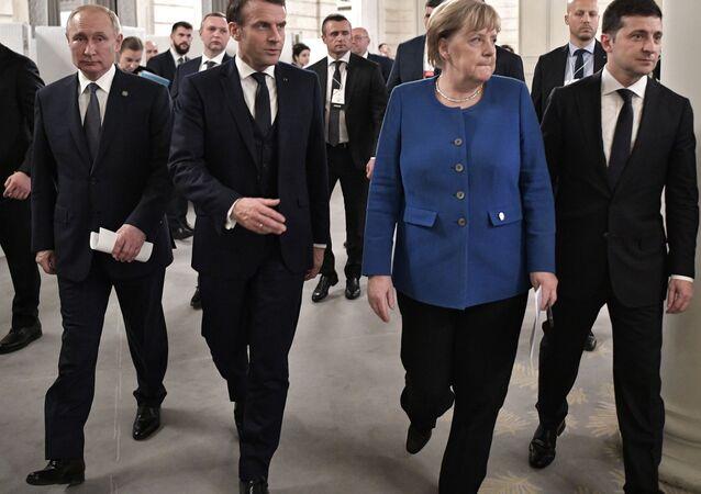 """Prezydent Rosji Władimir Putin, prezydent Francji Emmanuel Macron, kanclerz Niemiec Angela Merkel i prezydent Ukrainy Wołodymyr Zełenski przed wspólną konferencją prasową po spotkaniu w formacie """"normandzkim"""" w Pałacu Elizejskim"""