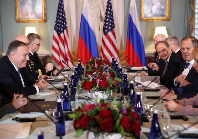 Sekretarz stanu USA Mike Pompeo i minister spraw zagranicznych Rosji Siergiej Ławrow w czasie rozmów w Departamencie Stanu USA