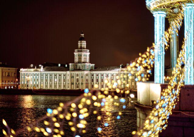 Widok na budynek Kunstkamery z Mostu Pałacowego w Petersburgu