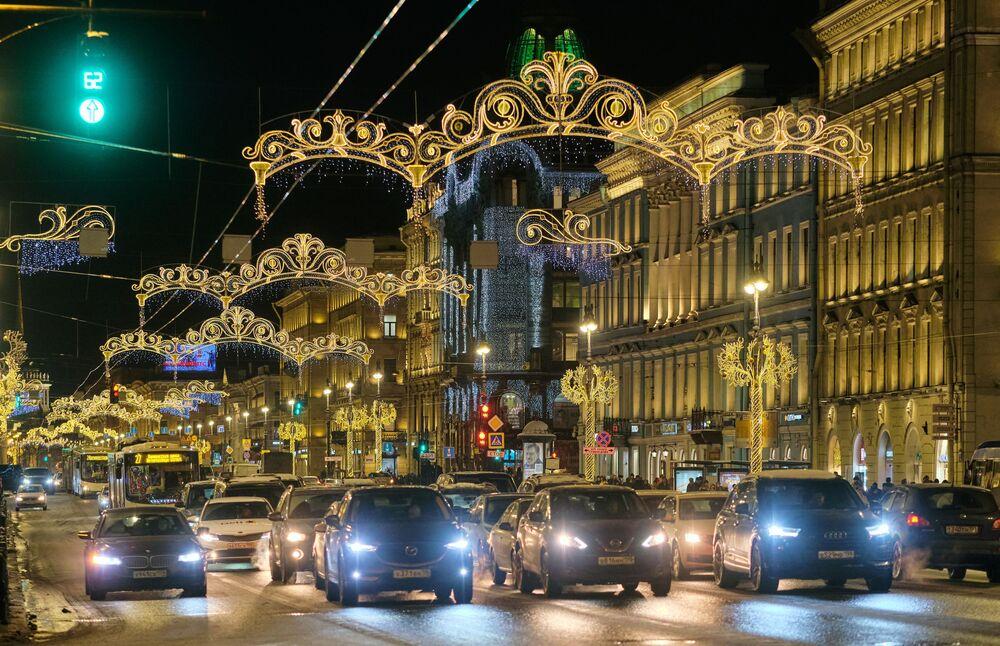 Noworoczne iluminacje świetlne Newskiego Prospektu w Petersburgu