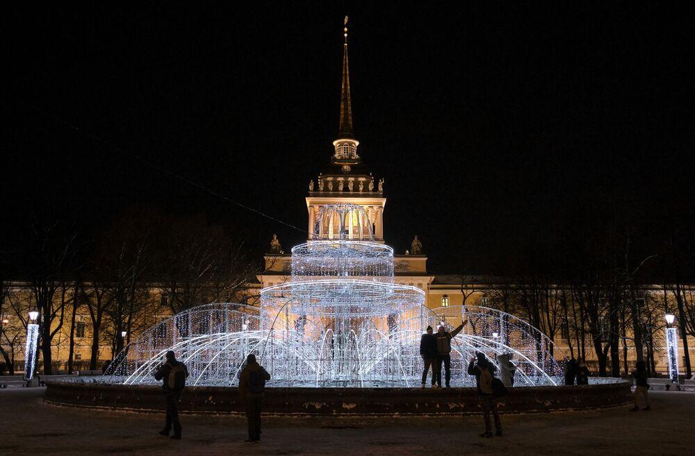Podświetlana konstrukcja w formie fontanny w Aleksandrowskim Ogrodzie w Petersburgu