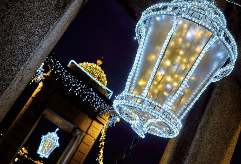Noworoczne iluminacje na moście Łomonosowa w Petersburgu