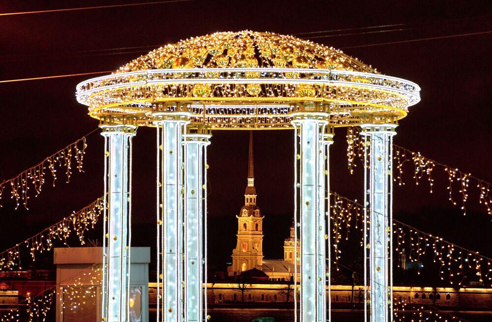 Noworoczne iluminacje Mostu Pałacowego w Petersburgu