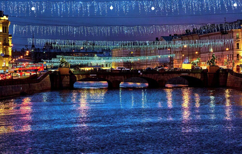 Noworoczne iluminacje świetlne nad mostem Aniczkowa w Petersburgu