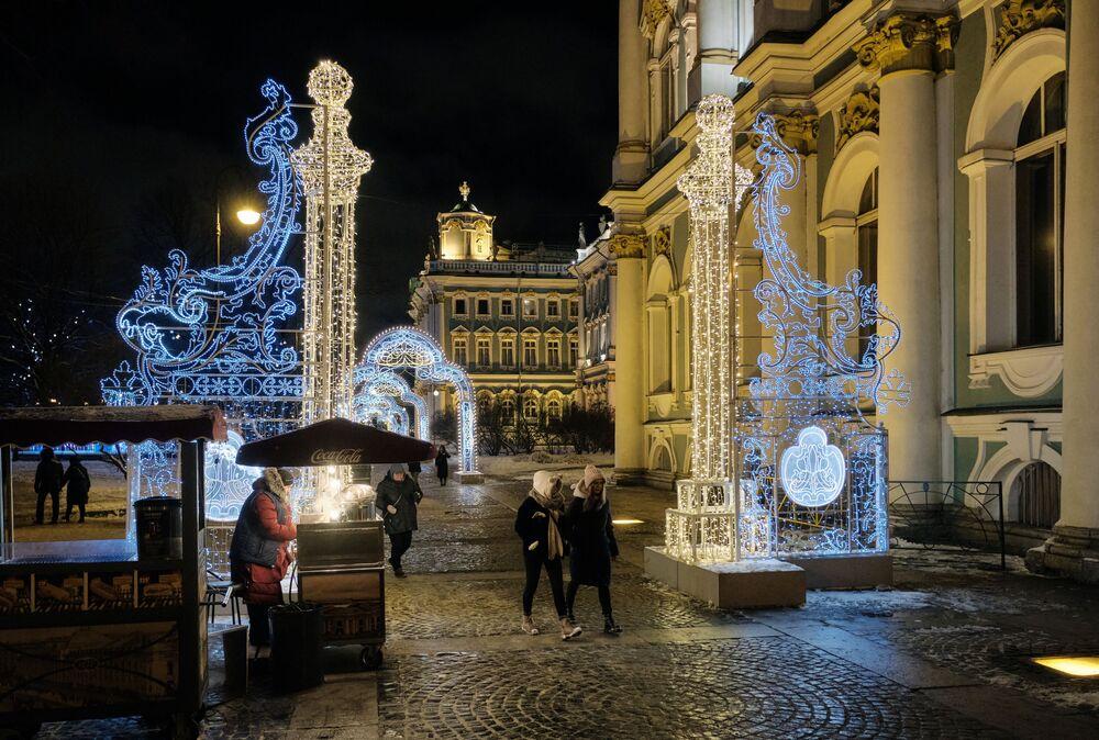 Noworoczne iluminacje przy budynku Państwowego Muzeum Ermitażu w Petersburgu