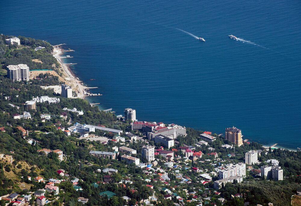 Widok na wybrzeże Morza Czarnego ze szczytu góry Ai-Petri na Krymie