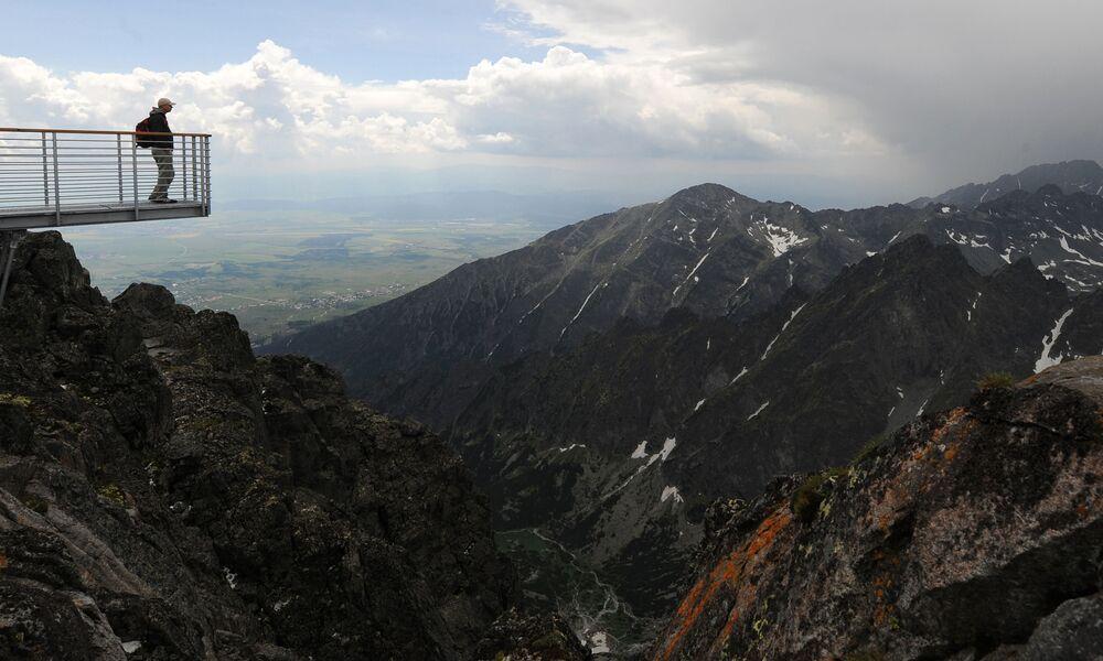 Mężczyzna na tarasie widokowym Lomnica w Tatrach Wysokich na Słowacji