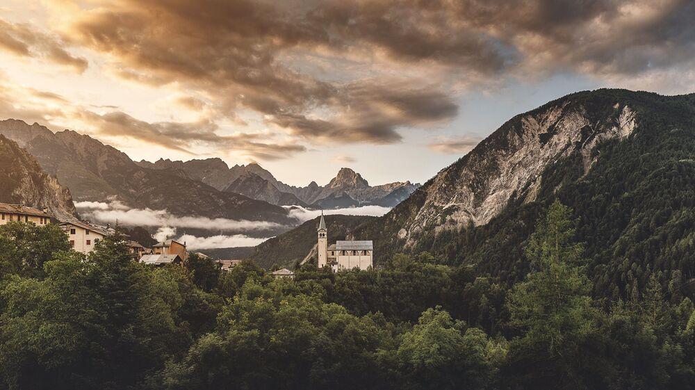 Widok na kościół w Dolomitach