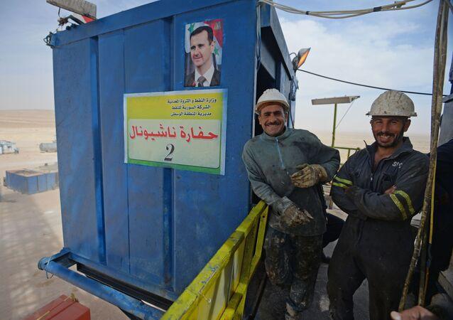Pracownicy punktu gazowego w Furkluse, Syria