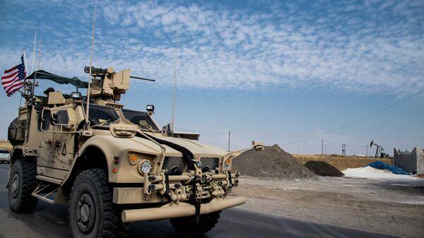 Amerykański pojazd wojskowy przy polu naftowym w Syrii - Sputnik Polska