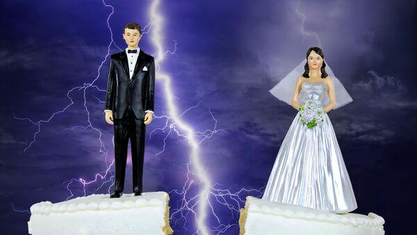 Figurki nowożeńców na torcie weselnym - Sputnik Polska