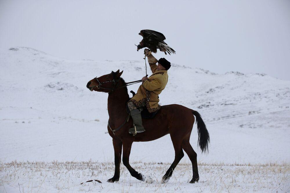 Myśliwy z orłem podczas polowania w Kazachstanie