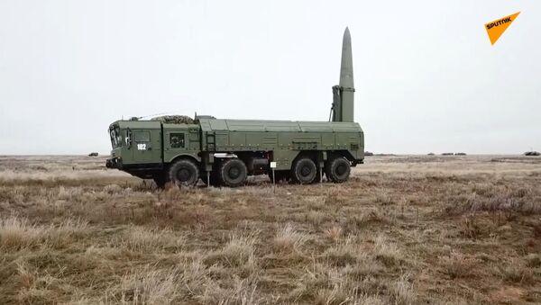 Wyrzutnia rakietowa Iskander-M: szkolenie bojowe pod Astrachaniem  - Sputnik Polska