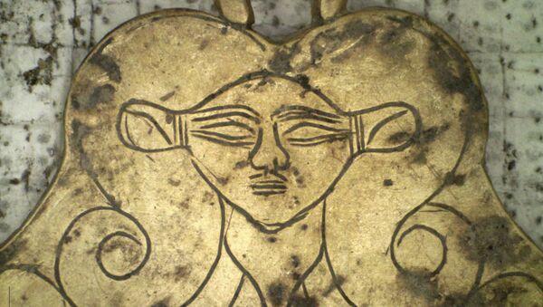 Złoty wisiorek z wizerunkiem egipskiej bogini Hathor, znaleziony w mogile liczącej 3,5 tys. lat niedaleko Pylos w Grecji - Sputnik Polska
