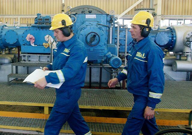 Pracownicy w punkcie dystrybucji gazu spółki PGNiG w Polsce