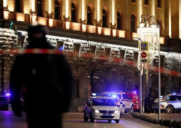 Policja przed gmachem FSB.