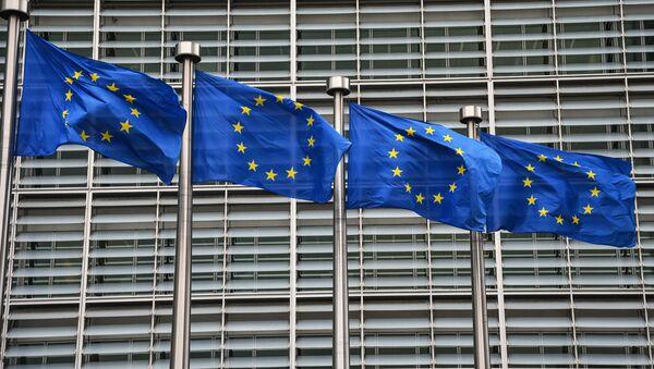 Flagi UE przed gmachem Komisji Europejskiej w Brukseli. - Sputnik Polska