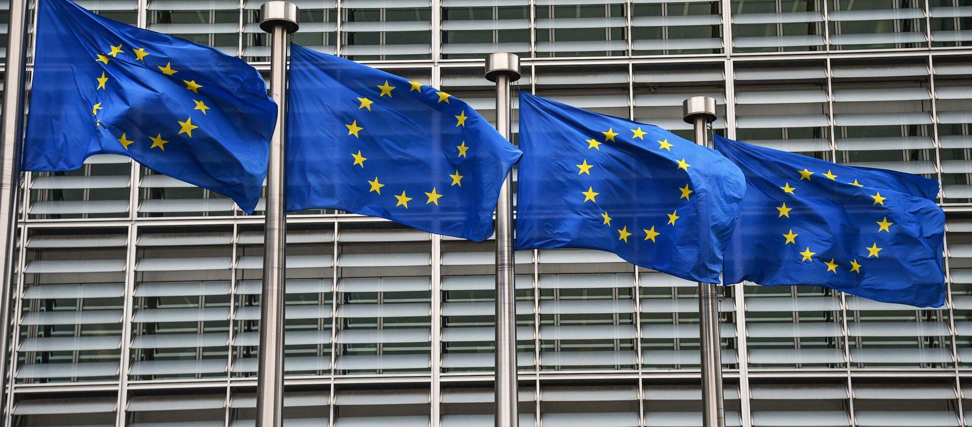 Flagi UE przed gmachem Komisji Europejskiej w Brukseli. - Sputnik Polska, 1920, 01.05.2021