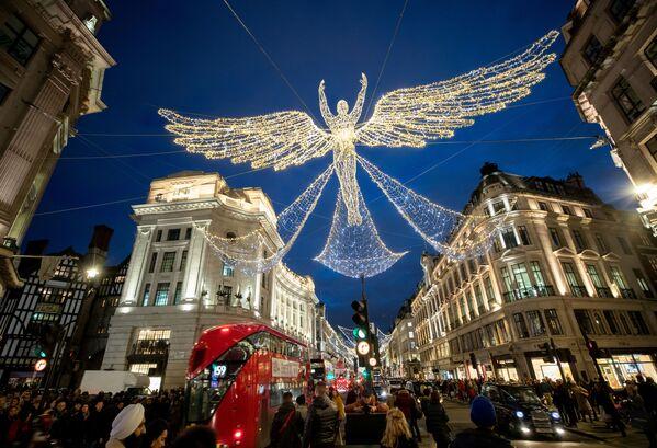 Dekoracje świąteczne na Regent Street w Londynie - Sputnik Polska