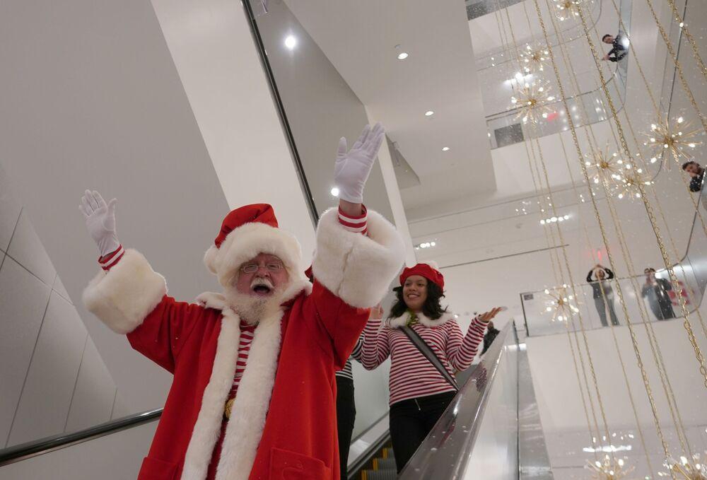 Św. Mikołaj na ruchomych schodach w centrum handlowym Nordstrom w Nowym Jorku.